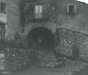 Il portone del Rione Castello a Cerqueto - 1970 - Ph. Archivio Giovanni Leonardi