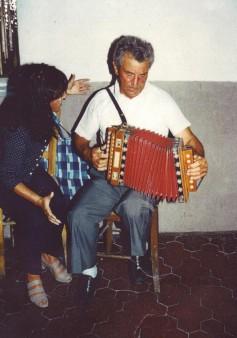 Rita Di Matteo canta gli stornelli, accompagnata da Carino all'organetto