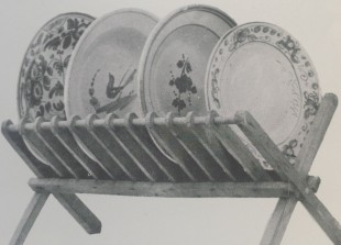 Piatto con gallo cedrone tra grandi piatti castellani maiolicati - Tradizioni a Cerqueto  Cultura materiale- Regione Abruzzo/ Agricoltura e Foreste/ Ente provinciale per il turismo/Teramo -Illustrazione n. 115