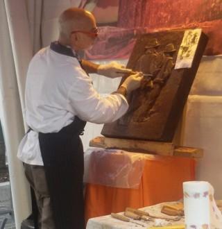 Lo scultore Pablo Garelli durante l'esecuzione